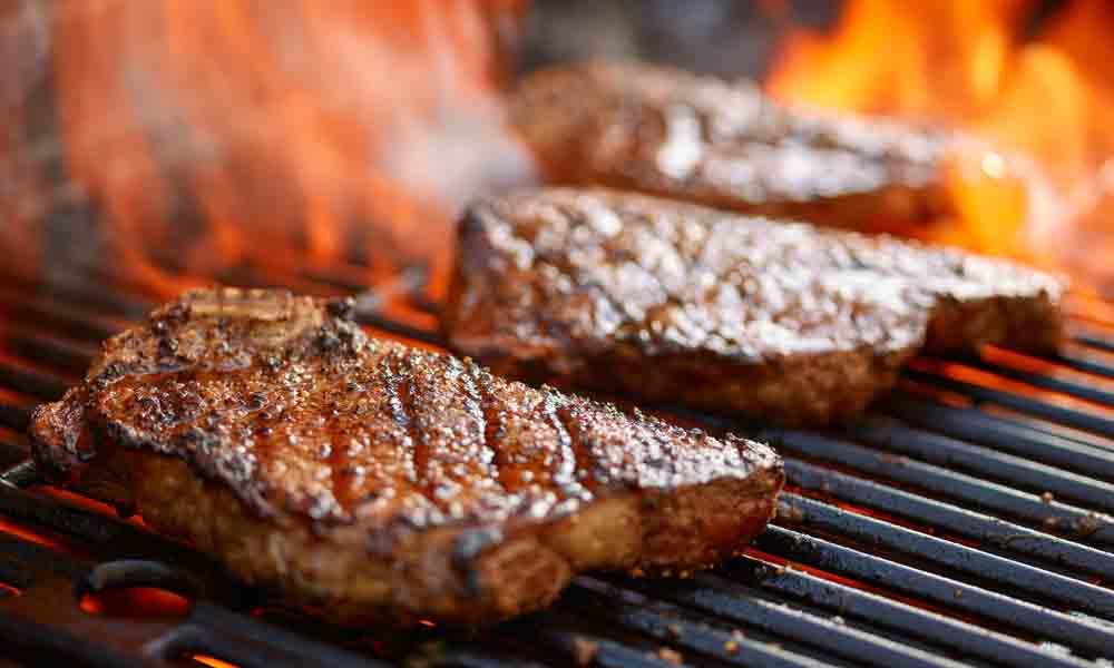 豪快にステーキを焼く