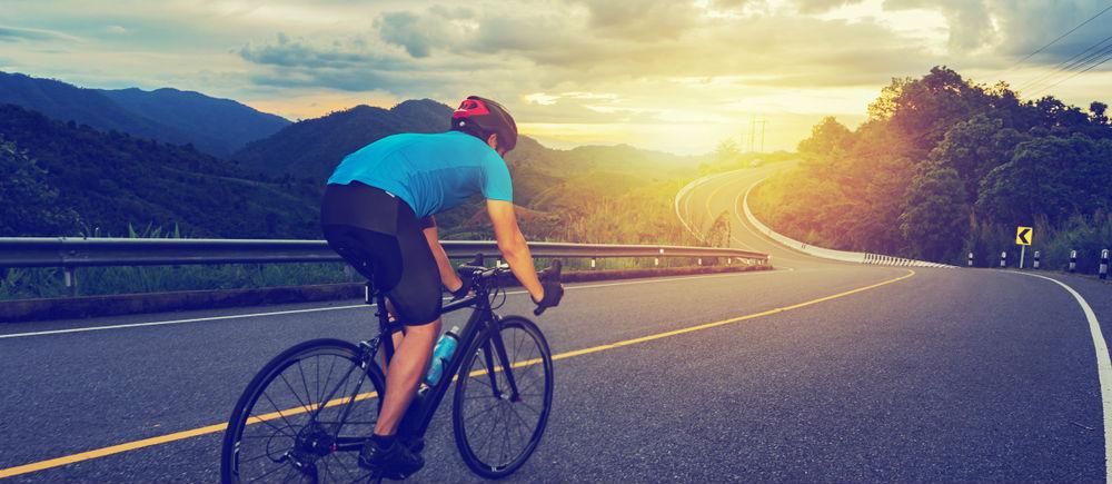 長距離を自転車で走る男性