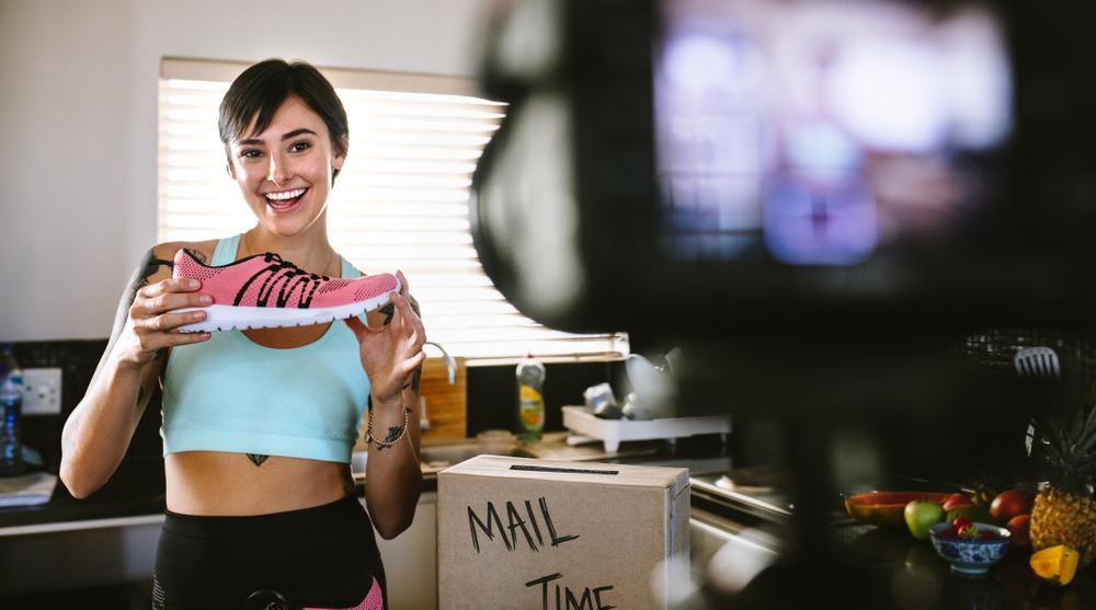 スニーカーを宣伝する女性